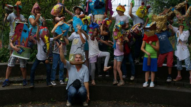 Kinder treffen Künstler*innen - Schulklasse mit Künstler Oliver Westerbarkey
